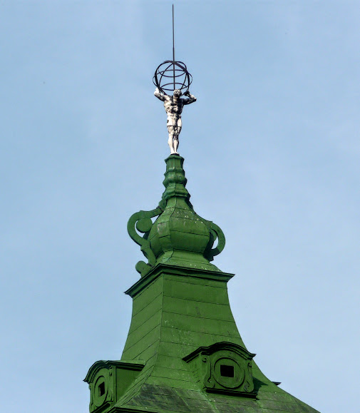 Подгорецкий замок. Скульптура атланта на боковом павильоне