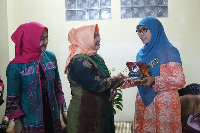 Ketua Dekranasda Jabar Terkesan dengan Kerajinan Kalsel