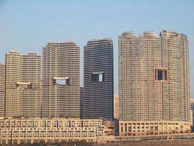 Να γιατί οι ουρανοξύστες στο Χονγκ Κονγκ έχουν τρύπες στη μέση