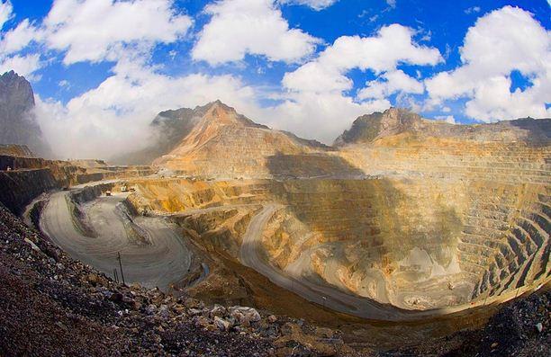 Kekayaan Sumbar Daya Alam Indonesia berupa Gunung Emas yang dieksploitasi oleh perusahaan asing