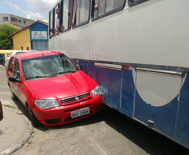 Em Delmiro Gouveia, ônibus escolar se envolve em acidente de trânsito