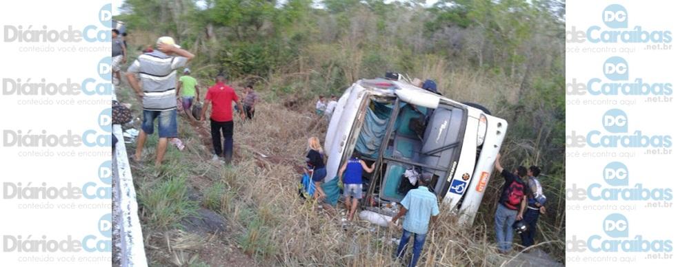Ônibus sai do Piauí, tomba no MA e duas pessoas morrem.