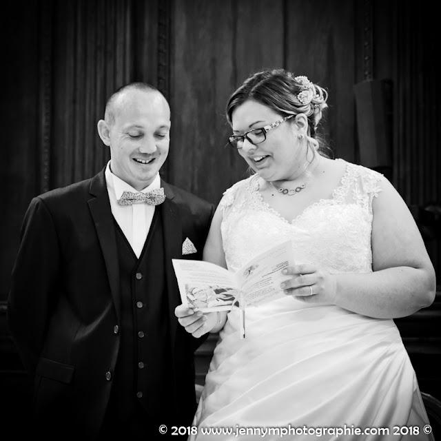 portrait volée mariés en noir et blanc joie bonheur sourire