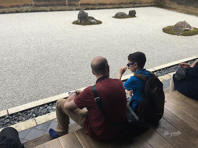 Ante el jardín zen del templo Ryoan-ji