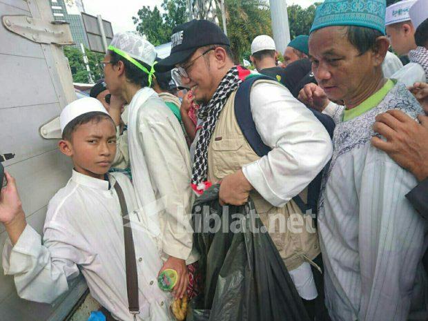 Tak Lagi Jadi Ketum Pemuda Muhammadiyah, Dahnil Anzar Bantu Bersihkan Sampah Reuni 212