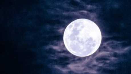 خبر حقيقي بالصوره والمزاد انتهى امس . . بيع قطعة من القمر في مزاد بسعر خيالي