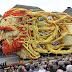 Desfile de esculturas gigantes de flores en honor a Van Gogh en los Países Bajos.