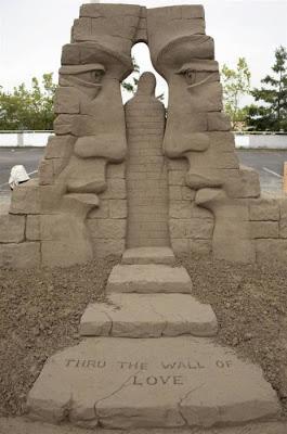 Escultura de arena de dos perfiles humanos