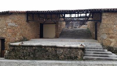 anfiteatro en la plaza de juan de austria en cuacos de yuste