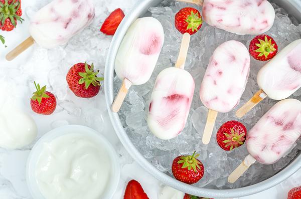 Joghurt-Erdbeer-Eis am Stiel
