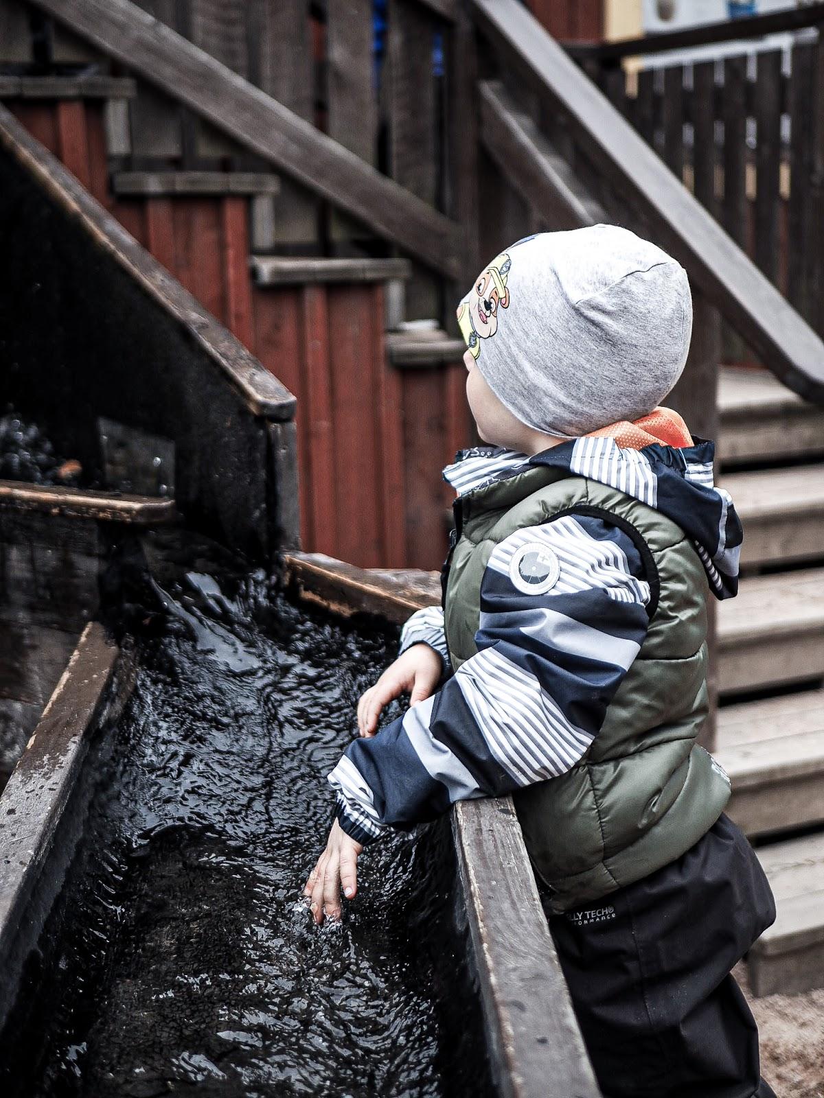 Koiramäen eläinpuisto sopii hyvin pienille lapsille! Tässä poika uittaa kaarnavenettä.