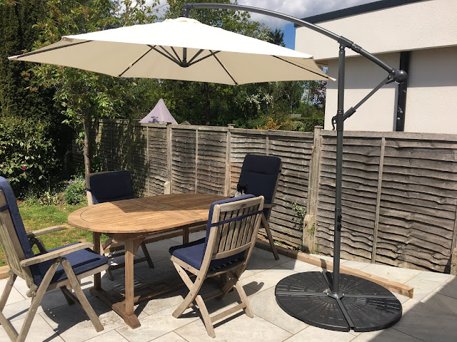 garden furniture with vonhaus banana parasol