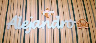 letras de madera infantiles para pared Alejandro con siluetas de coche y avión babydelicatessen