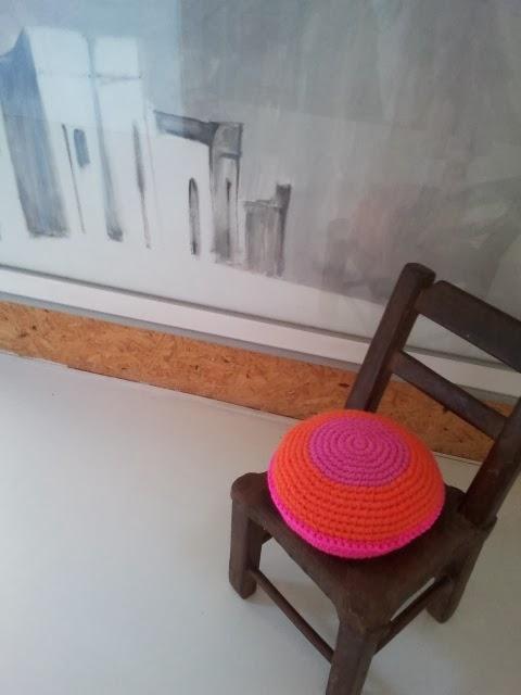almohadon redondo tejido colorido - Un detalle de color en un pasillo. Almohadón de crochet.