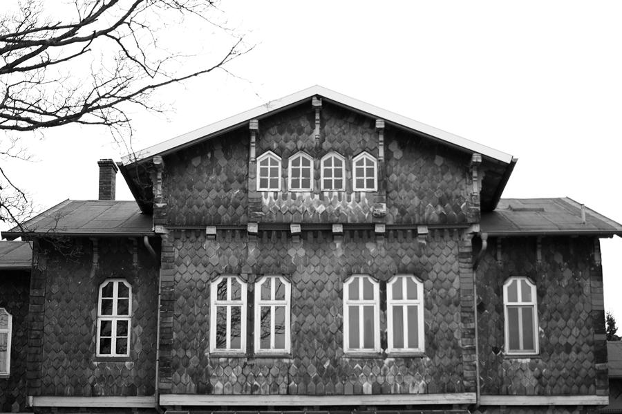 Blog + Fotografie by it's me fim.works - Bahnhof Dissen, Schieferfassade Obergeschoss, Fensterfront in Schwarzweiß