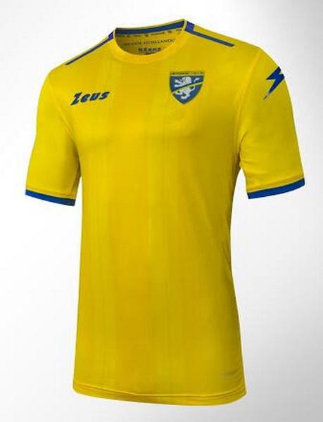 El Nueva Primera Equipacion Camiseta Frosinone Calcio 2018-2019 baratas  presenta una apariencia simple en amarillo y azul con un patrón de franjas  muy ... fcd21a44c38ae