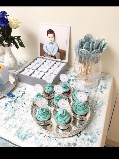 cupcake bleu sur un joli buffet