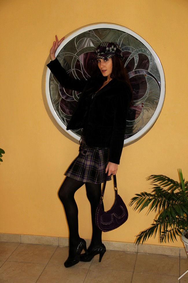 ljubicasto crna karirana mini suknja i karirana kapa sesir