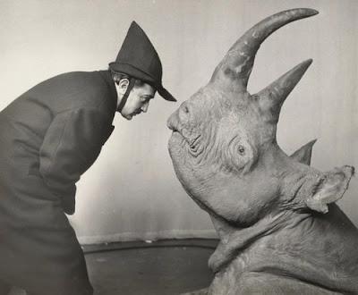 Salvador Dali con un rinoceronte.