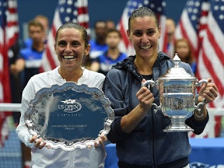 Vinci and Flavia Pennetta show off their trophies after the US Open women's final of 2015 in New York