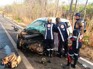 Homem morre e carro fica destruído após batida com caminhão
