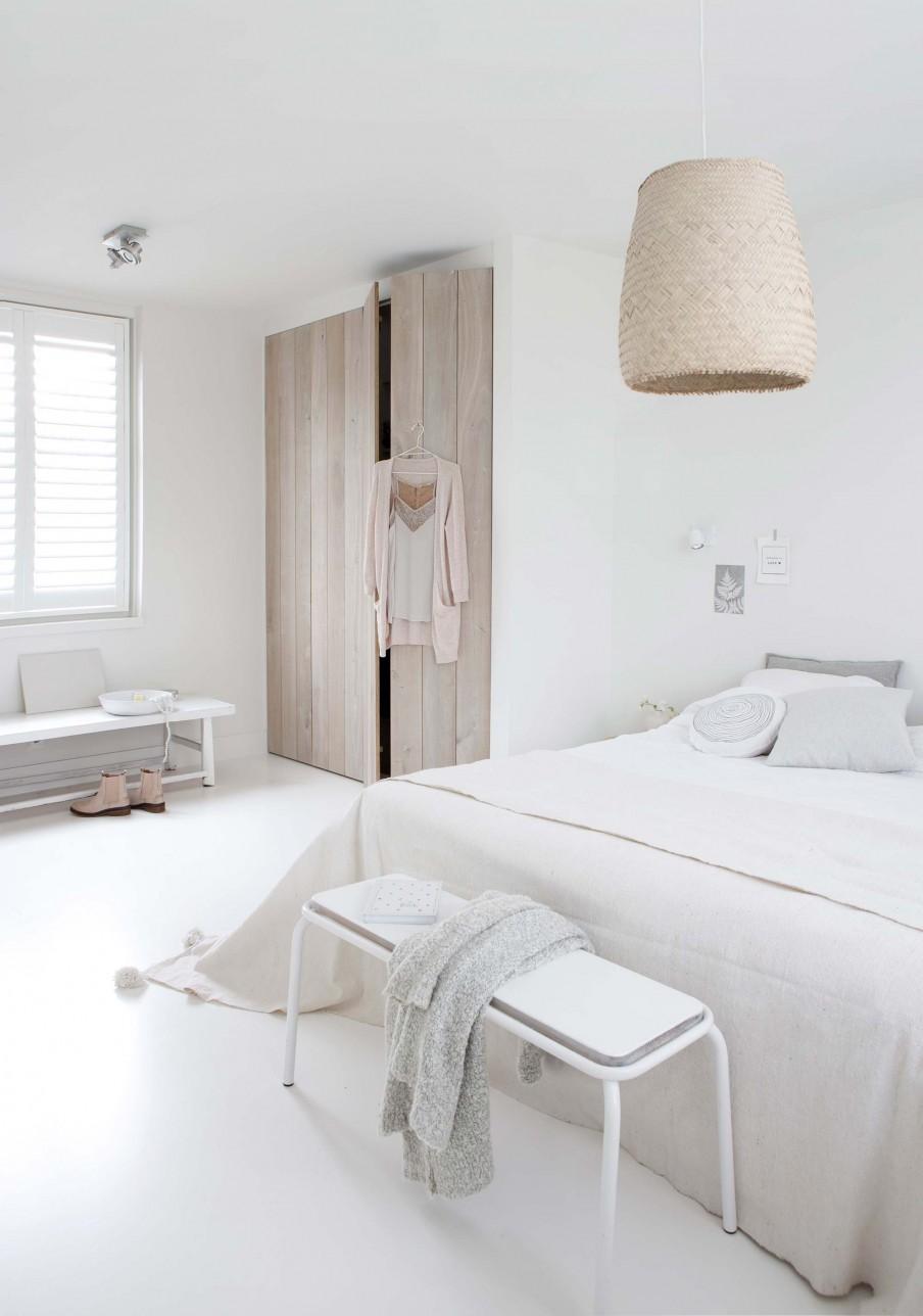dormitorio, blanco, estilo nordico, decoracion nordica, banco, armario, madera, natural, lampara, cesta, escandinavo, interiorismo, barcelona, alquimia deco,