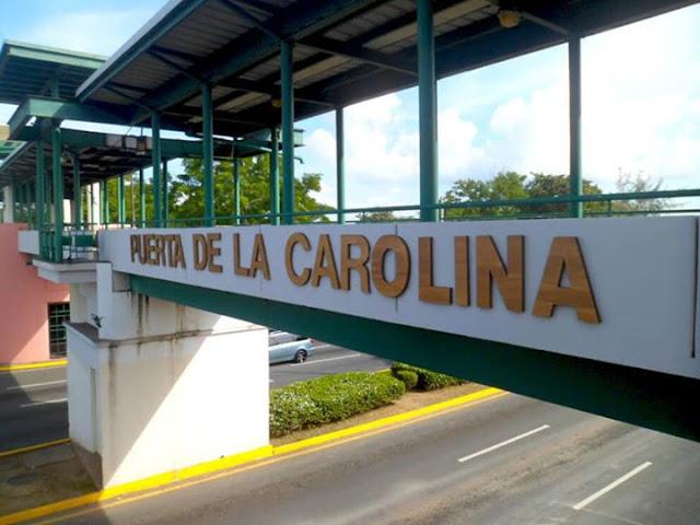 Deambulante bajo el Puente Peatonal Puerta de la Carolina, Carolina, Puerto Rico.