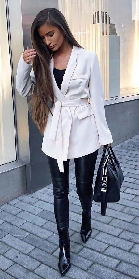 Double breasted structured blazer | Casual blazer outfits are arguably the best work outfits. Find the best work blazer with these 25 womens blazer outfit ideas. Best blazer styles and blazer fashion via higiggle.com #blazer #workoutfits #fashion #style