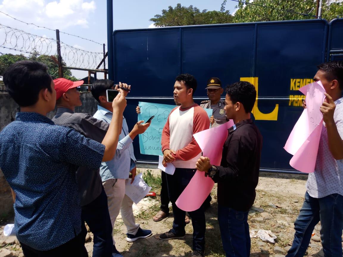 Tuntut Penyidikan Dugaan Korupsi Belasan Mahasiswa Demo Kantor PUPR Regional I Medan