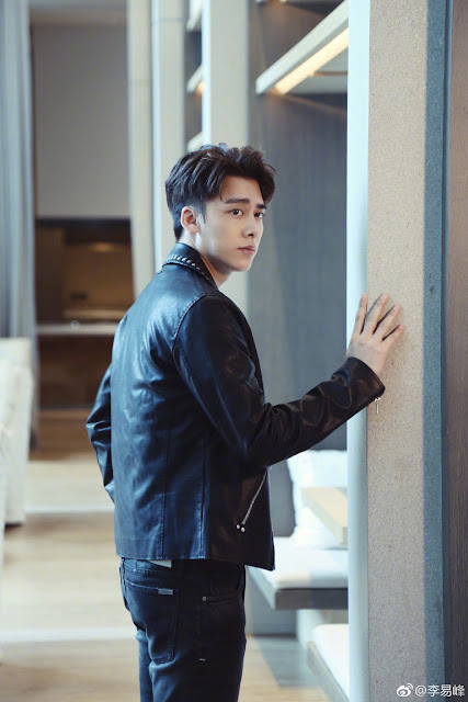 Li Yi Feng waits in line for embassy