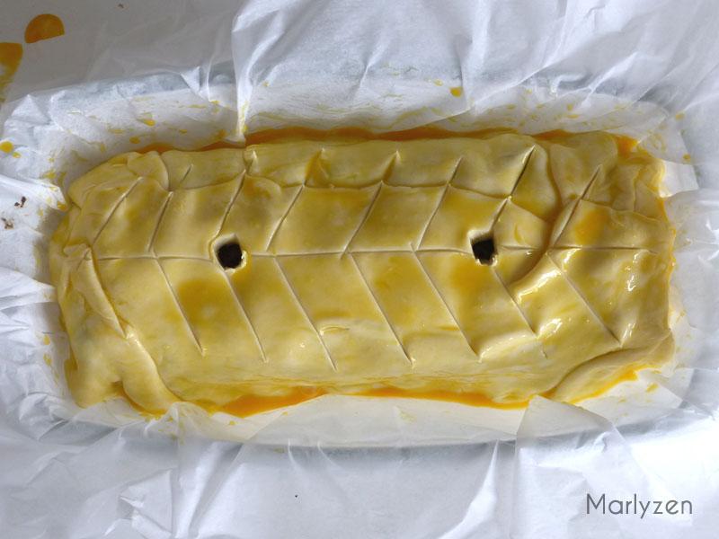 Dorez la pâte, faites deux cheminés et décorez avec un couteau.