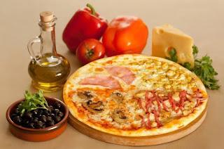 готовая пицца на столе