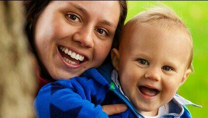 Bayi dan ibu ceria