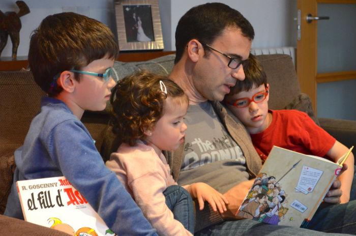 niños atentos, quietos, sentados escuchando un cuento: requisito madurativo para iniciar el proceso de aprender a leer