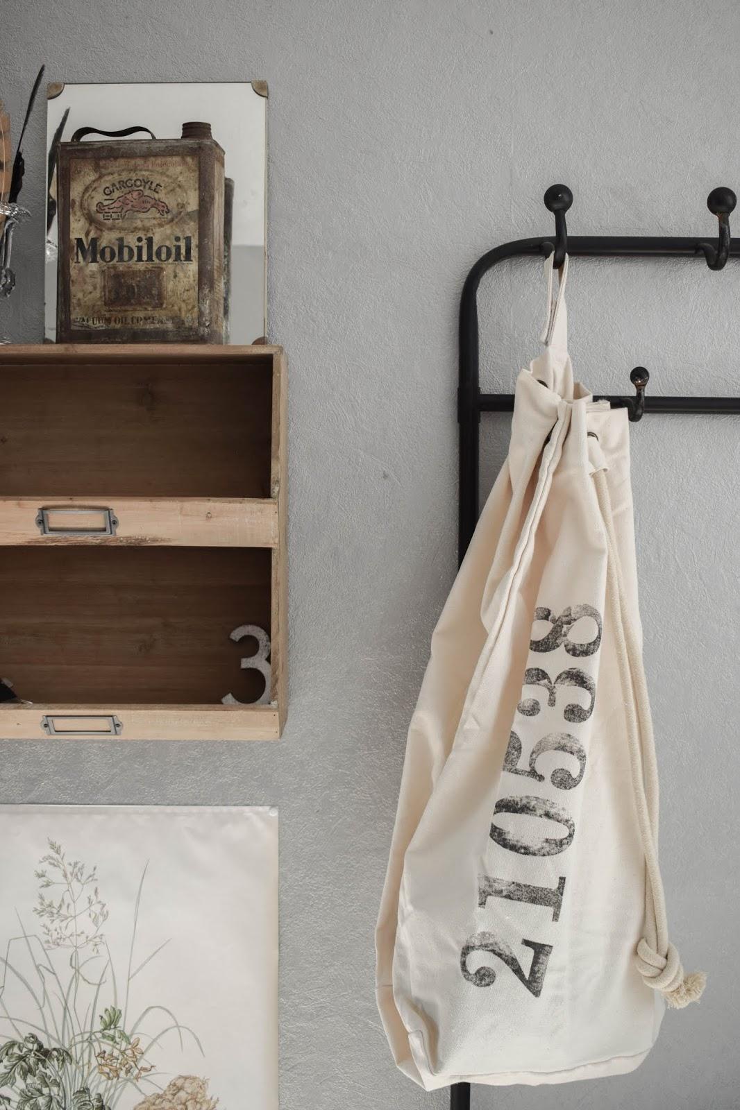 Garderobe Diele Flur Eingangsbereich Deko Dekoidee Interior Einrichtung WENKO Wäschesammler Wäschesack Aufbewahrung Werbung 4