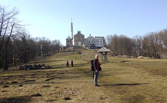 W górę polany, która łagodnie wznosi się ku murom klasztornym