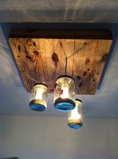 lampara de techo con frascos de vidrios reciclados