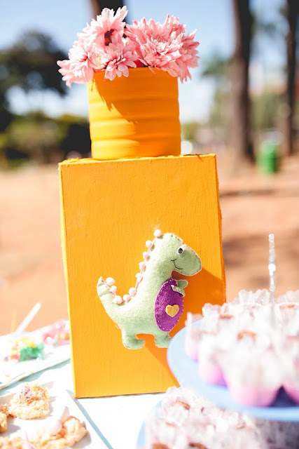 Aniversário Tema Dinossauro - Meninas - DIY - tinta lavável - lata - quadro - dinossauro feltro