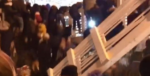 Ξύλινη γέφυρα κατέρρευσε στη Μόσχα - Περίμεναν την έλευση του 2019 λες και ερχόταν κάποιος και έπεσαν μέσα στο παγοδρόμιο - ΒΙΝΤΕΟ