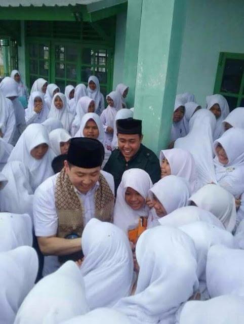 Santriwati Berebut Cium Tangan Non Muslim