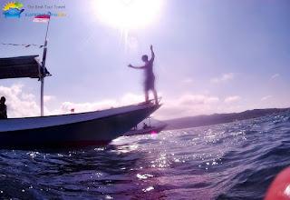 wisatawan foto diatas perahu