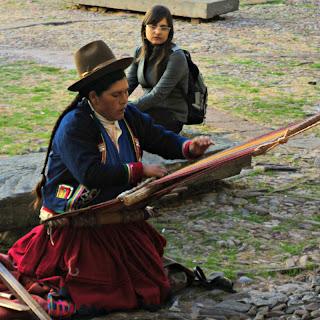 Peruana Tecendo no Pátio do Museo Inka, em Cusco