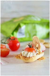 Bruschetta de queso, tomate, pavo y manzana-Entrante- aperitivo- canapé-de bocado