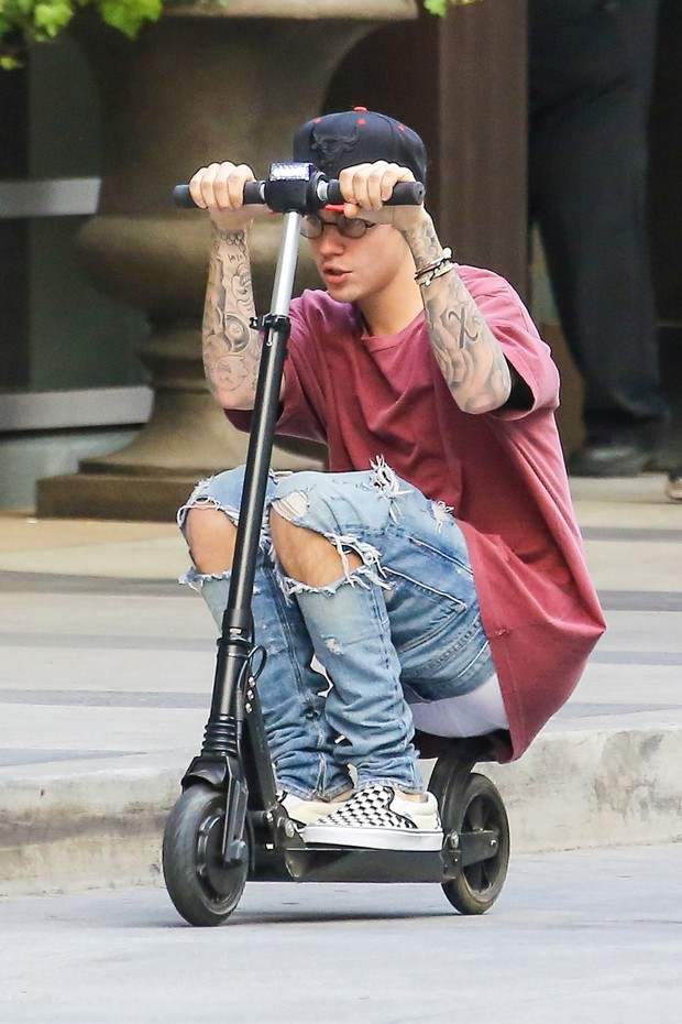 Justin Bieber drive a scooter and ends up showing too much