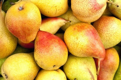 Thanks to the large proportion of plant fibers as well as pectin, pear is the best natural laxative among fruits.