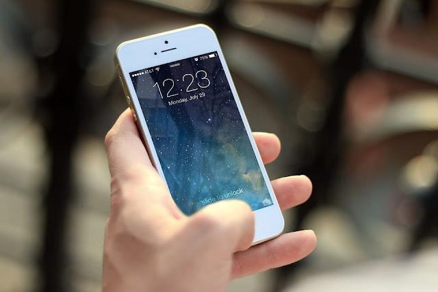 Smartphone na mão da pessoa