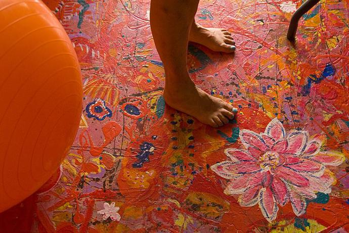 suelo pintado de colores