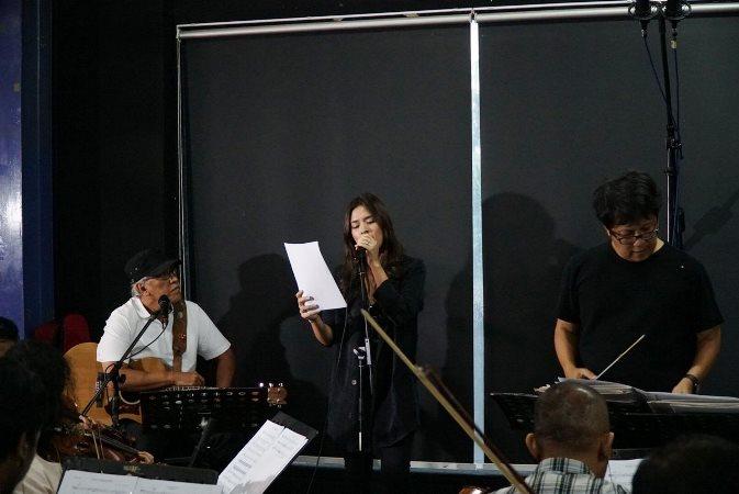 suasana latihan kolaborasi Iwan Fals, Raisa, Irwan Gutawa