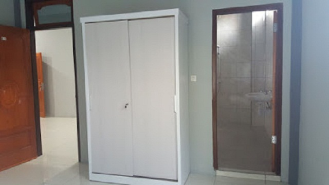 Merciful Home Stay fasilitas Kamar Lemari Pakaian