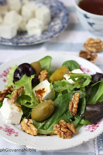 Gran mix gustoso con feta, olive verdi e noci